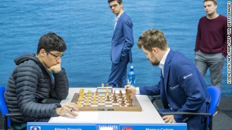 Firouzja (L) contro Carlsen durante il nono round del Torneo di scacchi Tata Steel a Wijk aan Zee, Paesi Bassi.