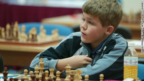 Carlsen partecipa al torneo di scacchi di Dubai Open nel 2004, all'età di 13 anni.