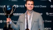 Carlsen solleva il trofeo dopo aver battuto Fabiano Caruana per riconquistare il titolo mondiale di scacchi il 28 novembre 2018 a Londra.