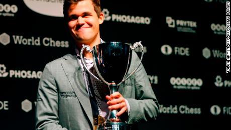 Magnus Carlsen sconfigge Fabiano Caruana per vincere il Campionato mondiale di scacchi