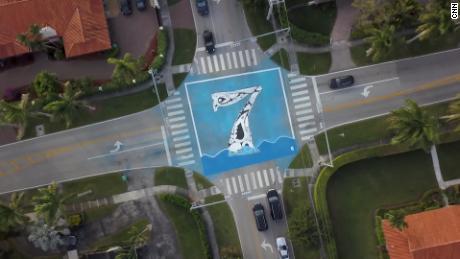 A Pinecrest, l'artista Xavier Cortada ha installato murales che mostrano quanti piedi sopra le intersezioni sul livello del mare.