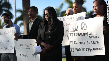 Marleine Bastien, al centro, protesta con residenti e attivisti contro i piani di Magic City.
