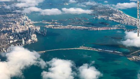 Una vista del centro di Miami e South Beach da un aereo mostra lo sviluppo del lungomare del passato.