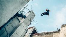 Toby Segar salta tra gli oggetti.