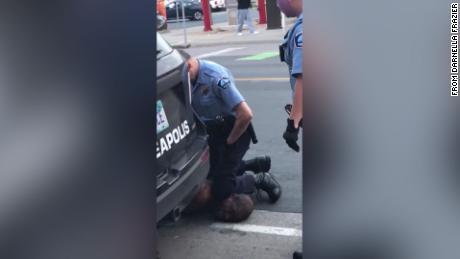 4 agenti di polizia di Minneapolis hanno sparato dopo che il video mostrava un inginocchiato sul collo di un uomo nero che in seguito morì