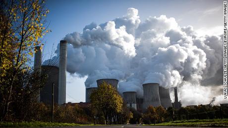 Il vapore sale da una centrale elettrica a carbone in Germania.
