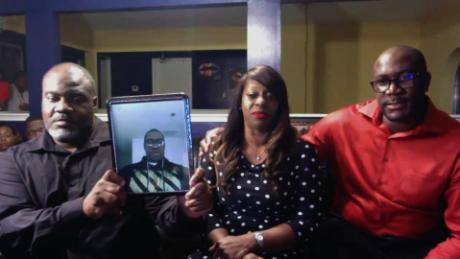La famiglia di George Floyd afferma che quattro ufficiali coinvolti nella sua morte dovrebbero essere accusati di omicidio