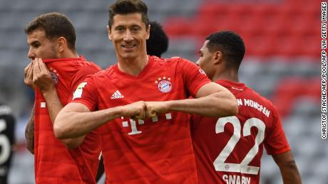 L'attaccante del Bayern Monaco Robert Lewandowski celebra la sua prima e terza partita per la sua squadra nella sconfitta per 5-0 del Fortuna Dusseldorf.