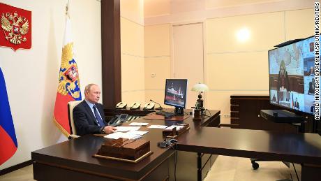 Il presidente Putin partecipa a una videoconferenza dalla sua residenza di stato Novo-Ogaryovo, nella periferia di Mosca, il 14 maggio.