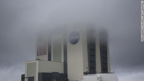Il lancio storico di SpaceX è stato rinviato a causa del tempo