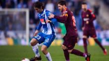Lionel Messi prova ad affrontare Granero durante lo scontro della Liga de Barcelona contro l'Espanyol nel 2018.