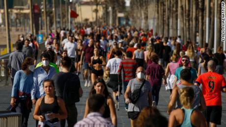 Lo spagnolo prende il sole dopo che la corsa dei tori è diminuita, poiché il numero di morti giornaliere è più basso in 6 settimane