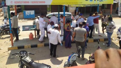 I volontari distribuiscono cibo ai migranti sulla National Highway 44.