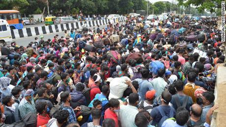 I lavoratori migranti attendono di salire a bordo degli autobus durante il blocco del coronavirus a Bangalore il 23 maggio 2020.