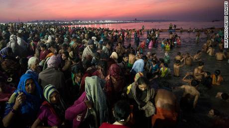 Gli indù fanno il bagno a Prayagraj, dove convergono i fiumi Gange, Yamuna e Sarasvati.