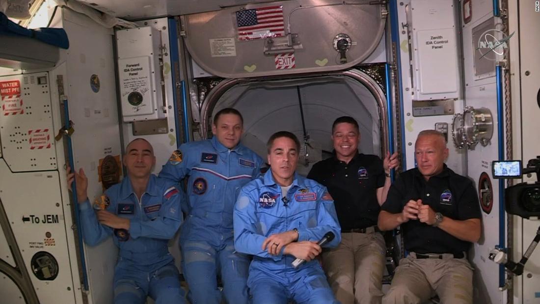 Gli astronauti statunitensi sbarcano dal Crew Dragon di SpaceX e si imbarcano sulla Stazione Spaziale Internazionale