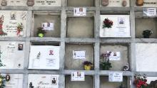 Tombe fresche nel cimitero di Nembro. A causa del coronavirus, questa città ha subito uno dei più alti numeri di morti pro capite in Italia. Le sue case funebri e gli operai del cimitero sono stati occupati.
