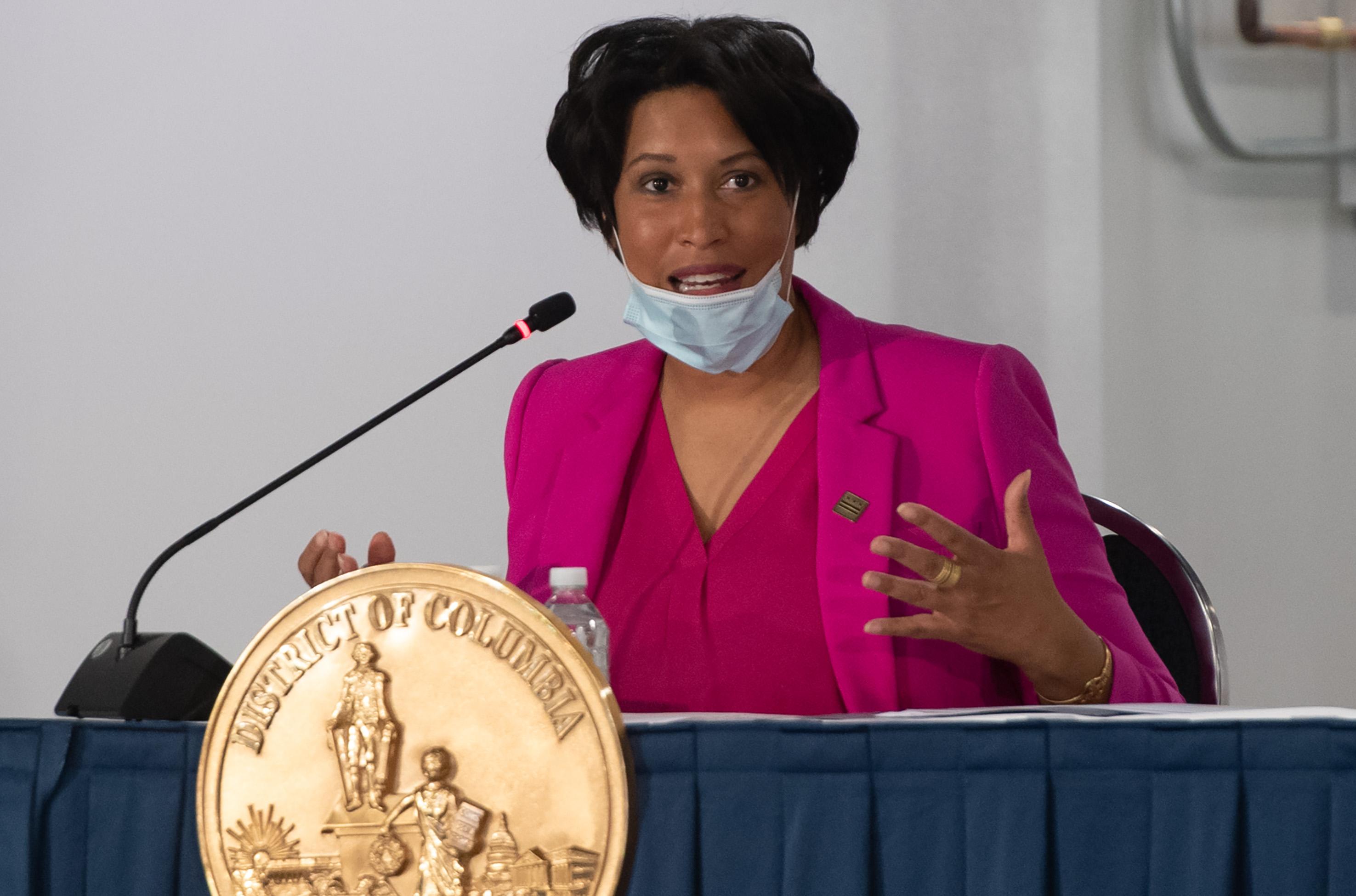Il sindaco di DC Muriel Bowser parla l'11 maggio.