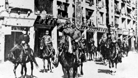 Le truppe giapponesi sfilano per la sconfitta di Hong Kong nel 1941.