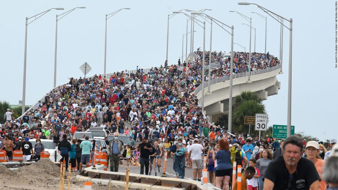 La folla si è radunata su un ponte a Titusville, in Florida, mercoledì per vedere il lancio di SpaceX.