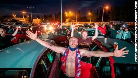 I fan esultano mentre guardano la partita di calcio della Prima Divisione ceca tra l'FC Viktoria Plzen e l'AC Sparta Praha in un cinema drive-in a Plzen, Repubblica Ceca.