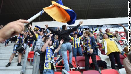 I sostenitori di Mezokovesd sembravano ignorare le regole del distanziamento sociale mentre applaudivano la loro squadra durante la sconfitta per 1-0.