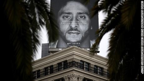 Sul tetto del negozio Nike di San Francisco è esposto un cartello con Kaepernick.