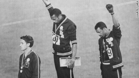 Tommie Smith e John Carlos alzano il pugno sul podio alle Olimpiadi del 1968