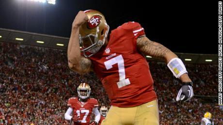& # 39; Kaepernicking & # 39; si riferisce all'atto del quarterback che bacia i tatuaggi sul suo bicipite per celebrare un touchdown
