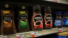 Con così tanti consumatori che rimangono a casa, Nestlé ha visto aumentare la domanda di caffè Nescafé durante la pandemia.