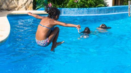 Prima di andare in piscina, in spiaggia o al lago quest'estate, leggi questo