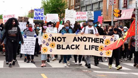 I manifestanti cantano slogan durante una manifestazione di Toronto il 30 maggio.
