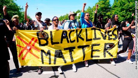 La gente protesta durante un raduno Black Lives Matter di fronte all'ambasciata degli Stati Uniti a Copenaghen, in Danimarca, domenica.