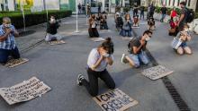 Una folla di persone si raduna davanti al consolato americano a Milano, in Italia, il 28 maggio.