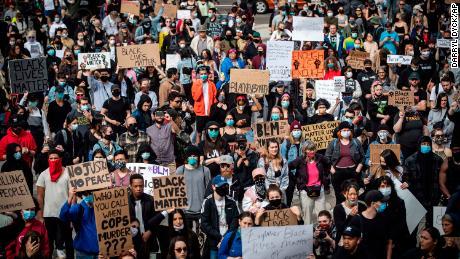 Migliaia di persone si riuniscono per una manifestazione pacifica per protestare contro il razzismo a Vancouver il 31 maggio.