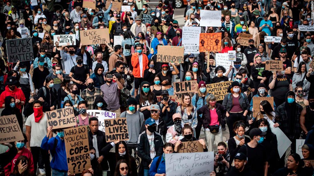 Migliaia di persone in tutto il mondo protestano per la morte di George Floyd in uno spettacolo globale di solidarietà