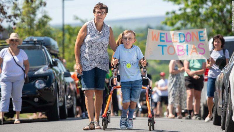 Tobias Weller, 9 anni, che ha una paralisi cerebrale, completa una maratona di beneficenza sul suo walker