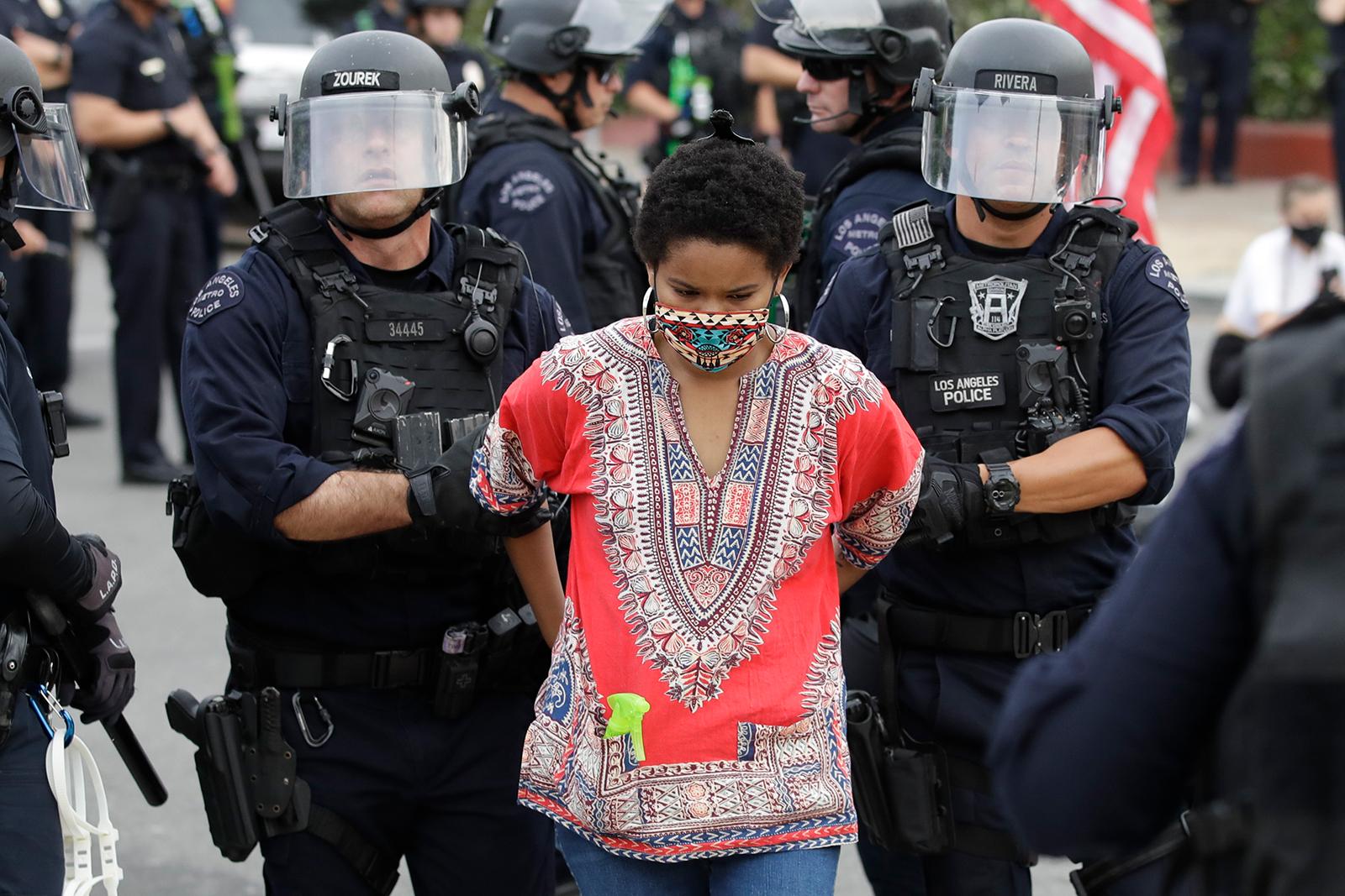 Un manifestante è stato arrestato per aver violato il coprifuoco lunedì 1 giugno nella zona di Hollywood a Los Angeles.