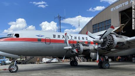 Il Douglas DC-6B Cloudmaster si prepara per il suo ultimo volo a Fairbanks, in Alaska, a maggio.