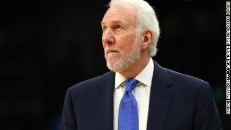 Popovich osserva durante la partita contro i Boston Celtics.
