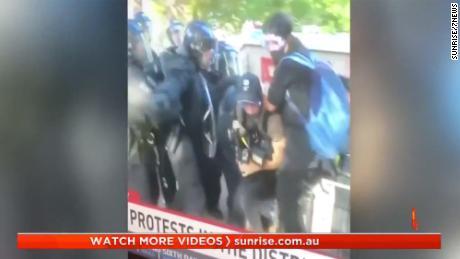 Giornalisti australiani mostrati sotto attacco della polizia.