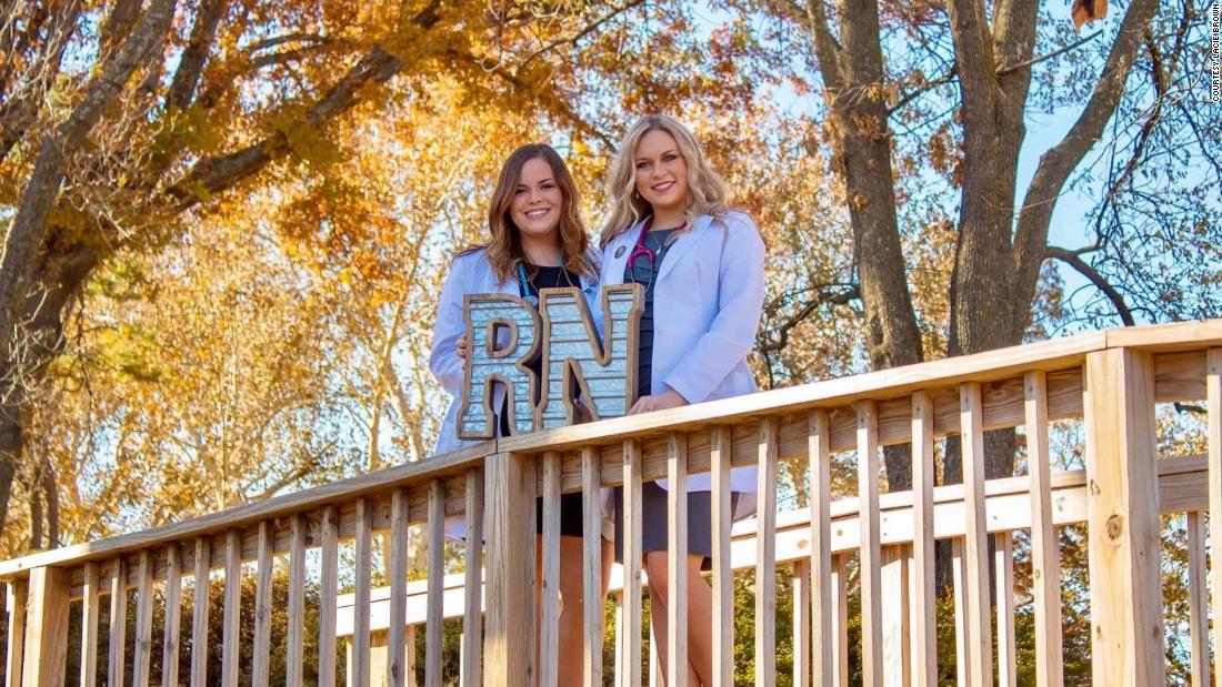 Inseparabili sorelle gemelle iniziano una carriera infermieristica insieme nello stesso ospedale durante una pandemia