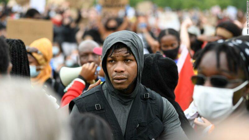 """John Boyega racconta ai manifestanti di London Black Lives Matter: """"Adesso è il momento"""""""