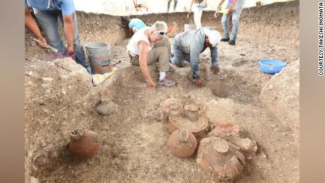 Oltre a mappare Aguada Fenix dal cielo, il team ha anche scavato il sito, scoprendo vasi di ceramica e altri oggetti.