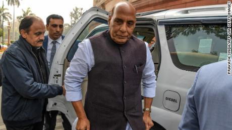 Il ministro della Difesa indiano Rajnath Singh (C) arriva al Parlamento a Nuova Delhi l'11 febbraio.