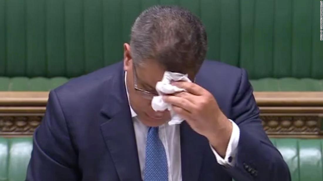 Alok Sharma, ministro del governo britannico, si isola dopo il test del coronavirus
