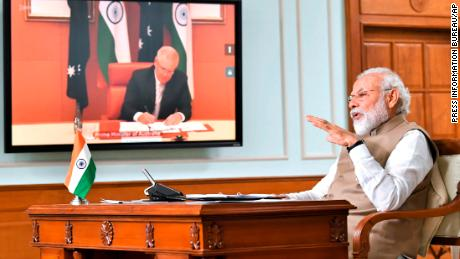 Il primo ministro indiano Narendra Modi parla durante un incontro virtuale con il primo ministro australiano Scott Morrison a Nuova Delhi, in India, giovedì 4 giugno 2020.