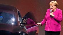 Il cancelliere tedesco Angela Merkel nella foto accanto a una Mercedes elettrica nel 2019.
