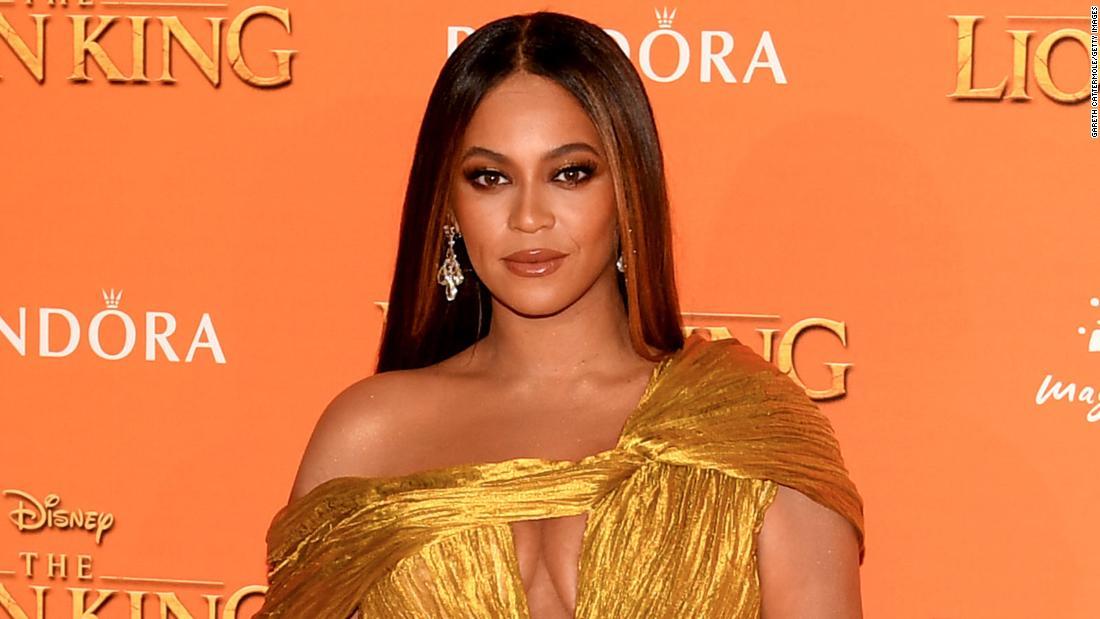 """Beyoncé esorta i fan a rimanere """"concentrati"""" nella lotta per la giustizia per George Floyd"""
