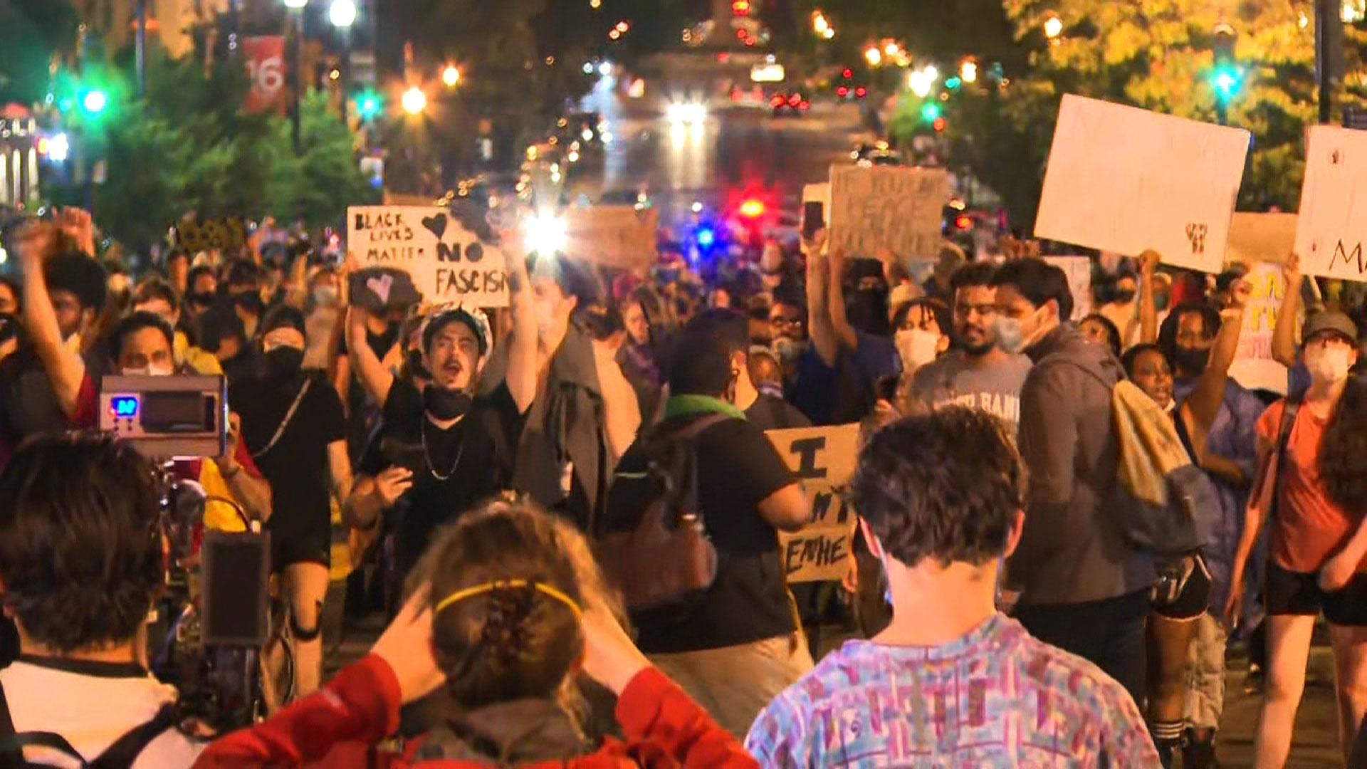I manifestanti marciano a Washington venerdì sera.